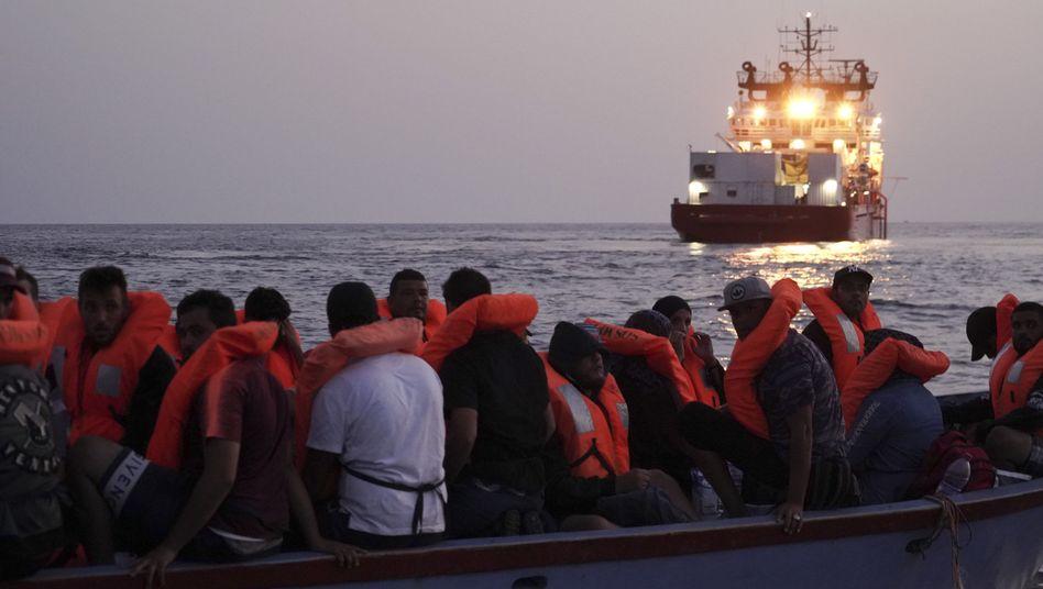 """Migranten auf einem überfüllten Holzboot, privates Rettungsschiff """"Ocean Viking"""": """"Politischer Trick"""""""