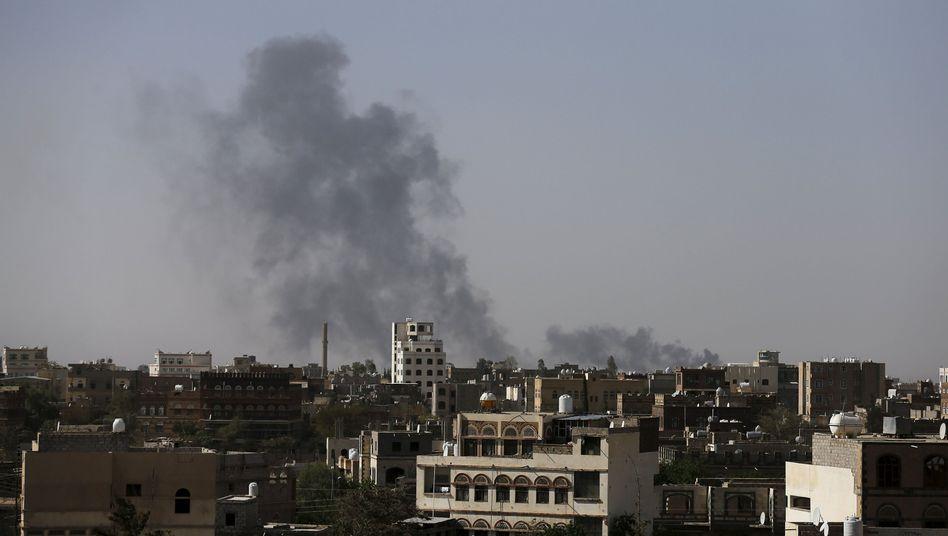 Rauchwolken über dem internationalen Flughafen von Sanaa: Auf der Landebahn können keine Flugzeuge mehr aufsetzen