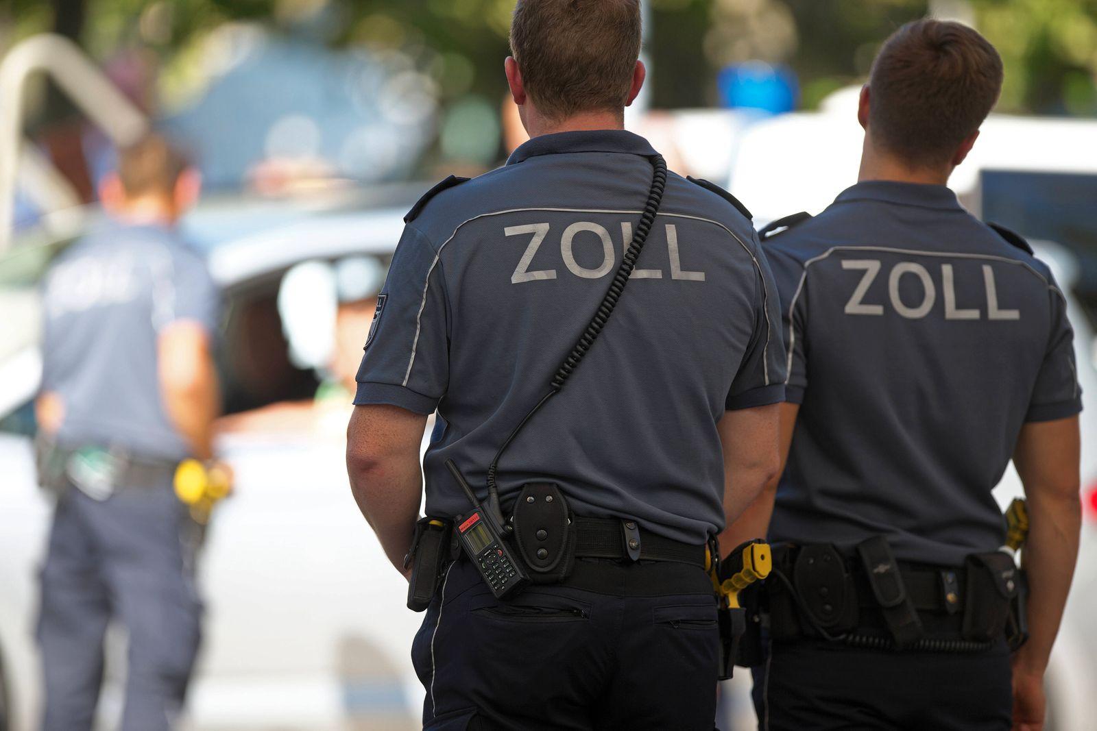 Zollbeamte demonstrieren Fahrzeug- und Personenkontrollen am Tag des Zolls. Tag des Zolls in Konstanz am 15. September 2