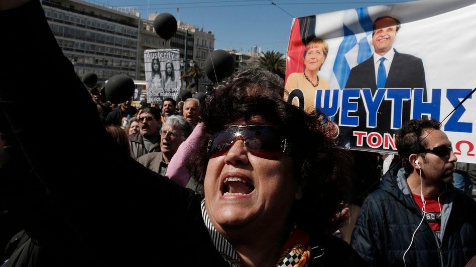 Griechische Proteste vor Merkel-Plakat (Archivbild): Ärger mit Deutschland