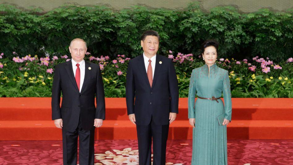 Russischer Präsident Putin, chinesischer Präsident Xi mit Ehefrau: Erkaufte Freundschaften?