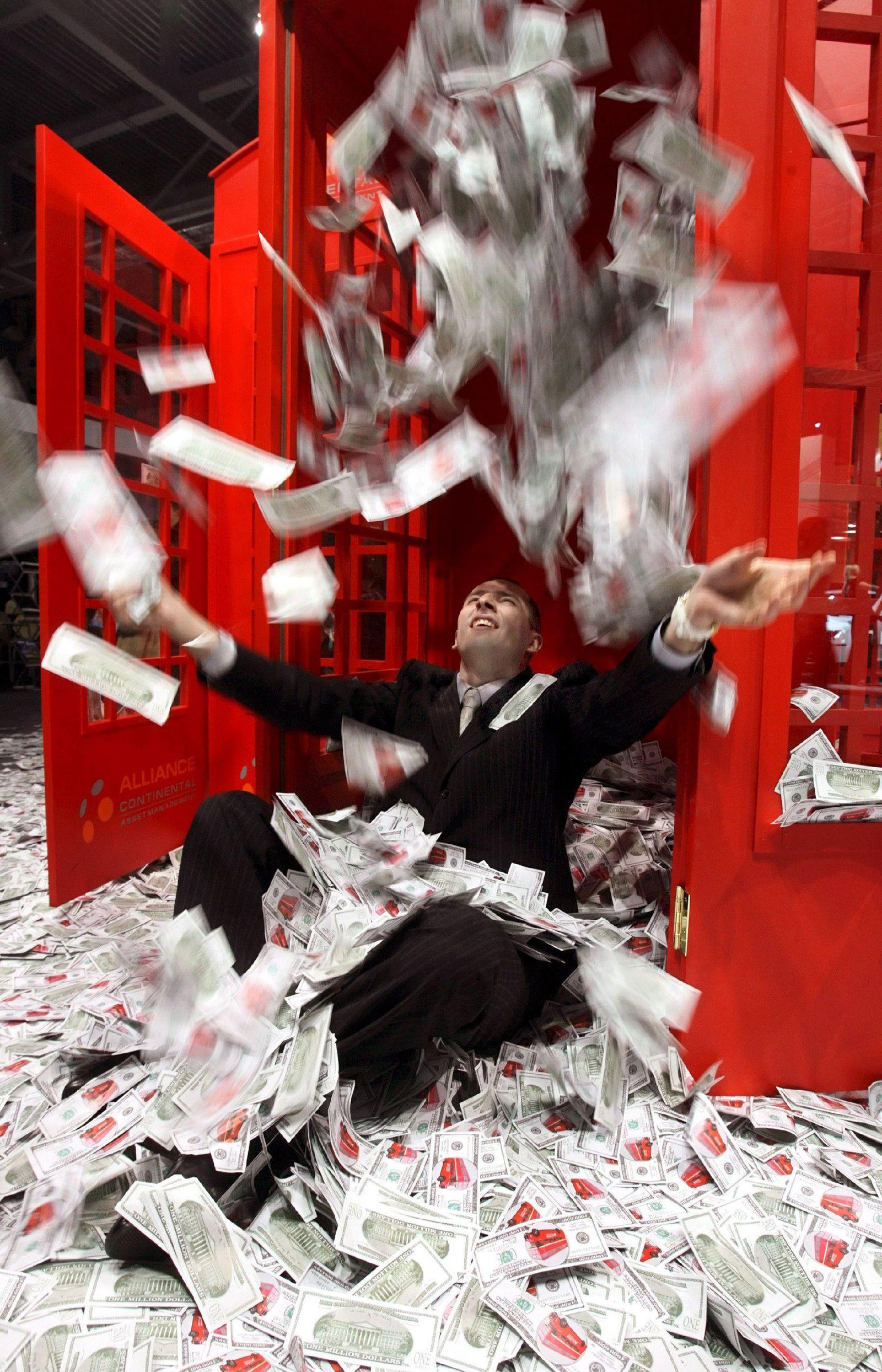 Mann spielt mit Dollarnoten auf Millionärsmesse in Moskau