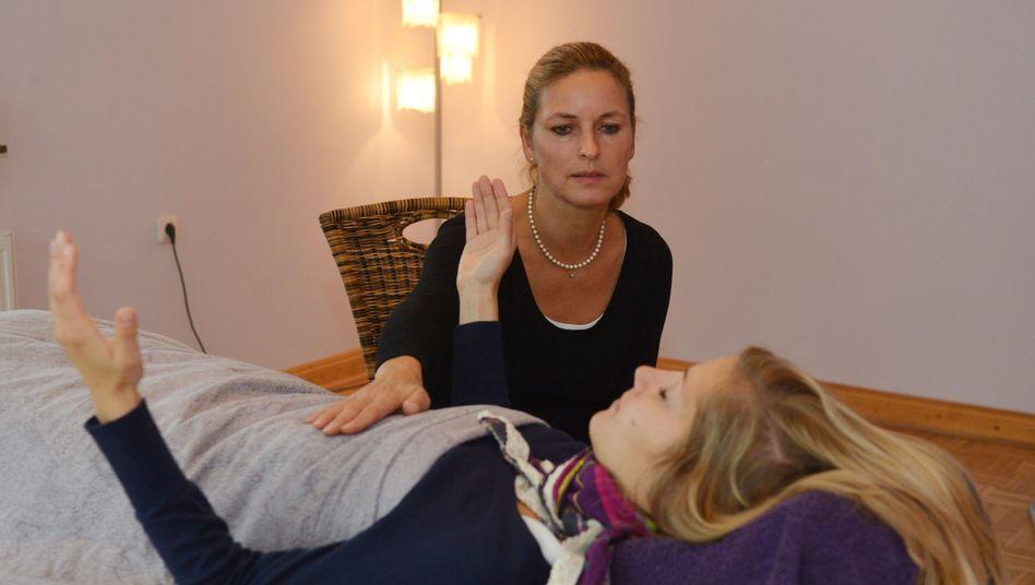 Hypnose-Sitzung: Erfahrene Hypnotiseure nehmen Ängste und lindern Schmerzen