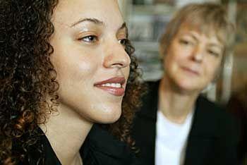 Louisa McBee, 23, Schülerin an der umstrittenen Harvey Milk School mit ihrer Mutter Lucia