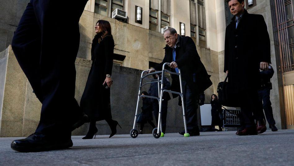 Eine Frau soll ihn retten: Harvey Weinstein mit seiner Anwältin Donna Rotunno (links)