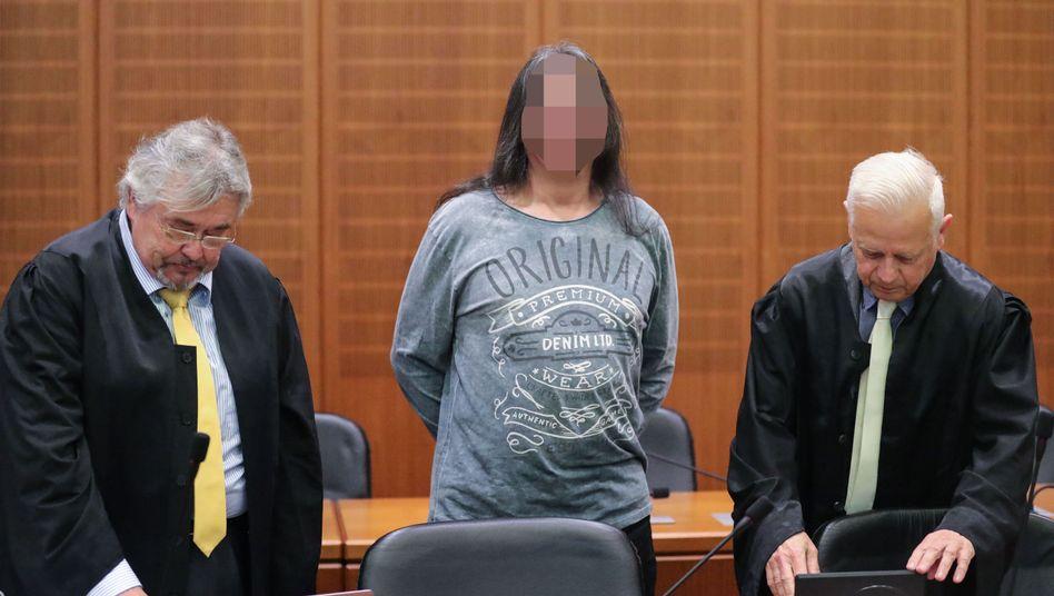 Angeklagter mit Anwälten (Archiv)