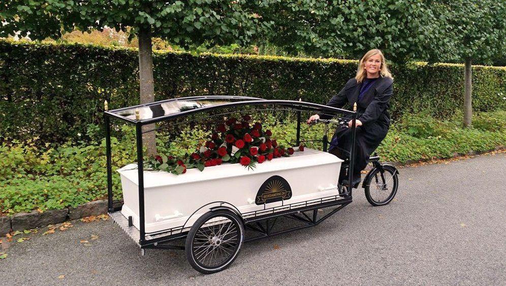 Lastenrad als Leichenwagen: Standesgemäß absatteln
