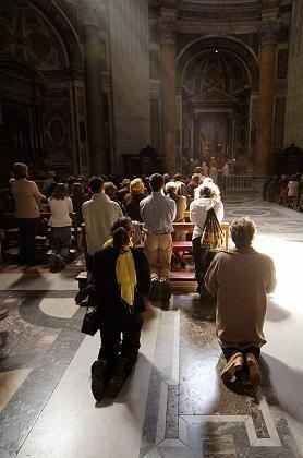 Bangen um den Papst: Pilger beten im Petersdom für den Papst