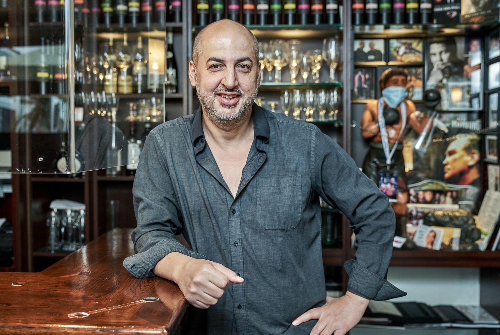 Jimmy Jamal Abouud in der Jimmy?z Bar, an der Rentzelstr. 33 verzweifelt über die Corona Gesetzgebung.