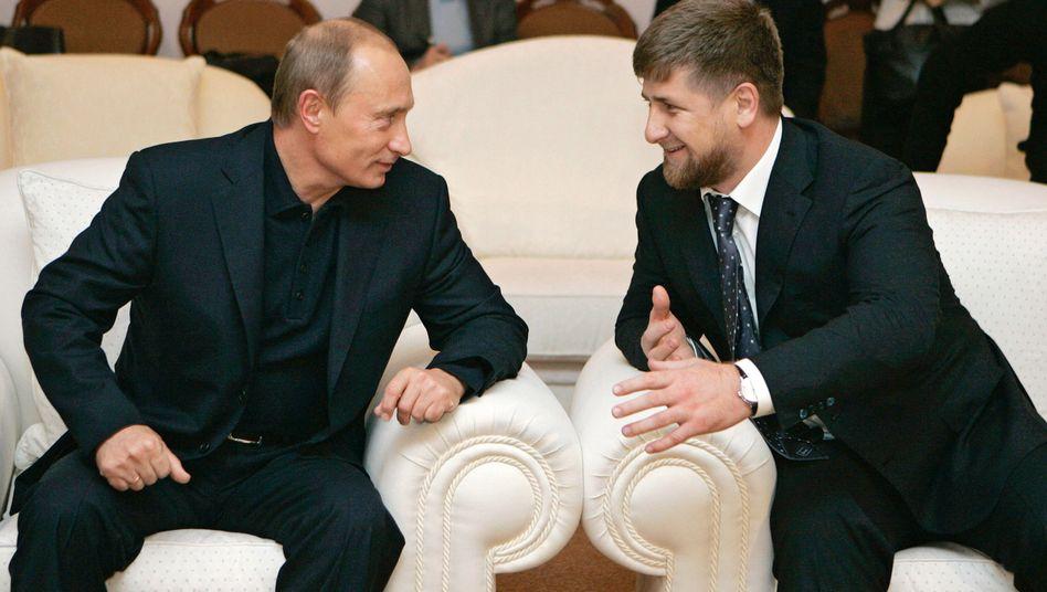 Präsidenten Putin (l.), Kadyrow (Archivbild)