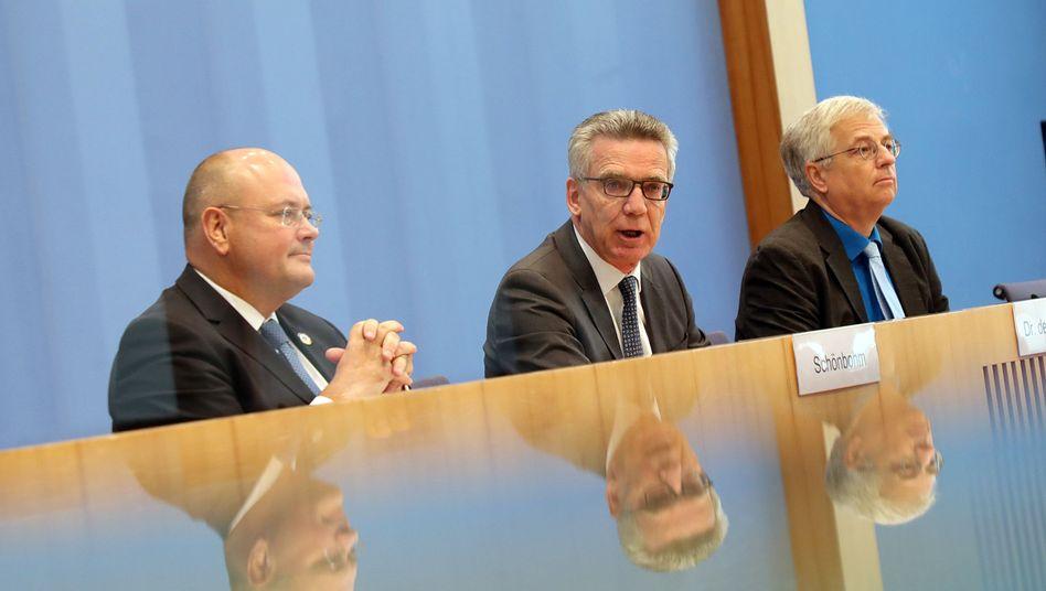 BSI-Chef Arne Schönbohm, Innenminister Thomas de Maizière und der Bundespressekonferenz-Vorsitzende Gregor Mayntz (v.l.)