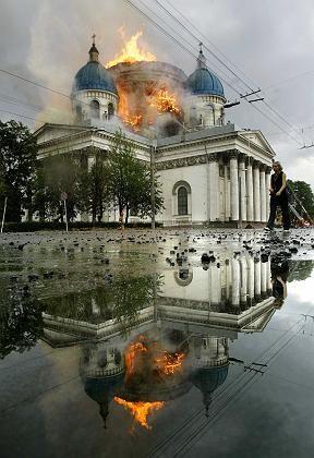 Kathedrale in Flammen: Kuppel bricht zusammen