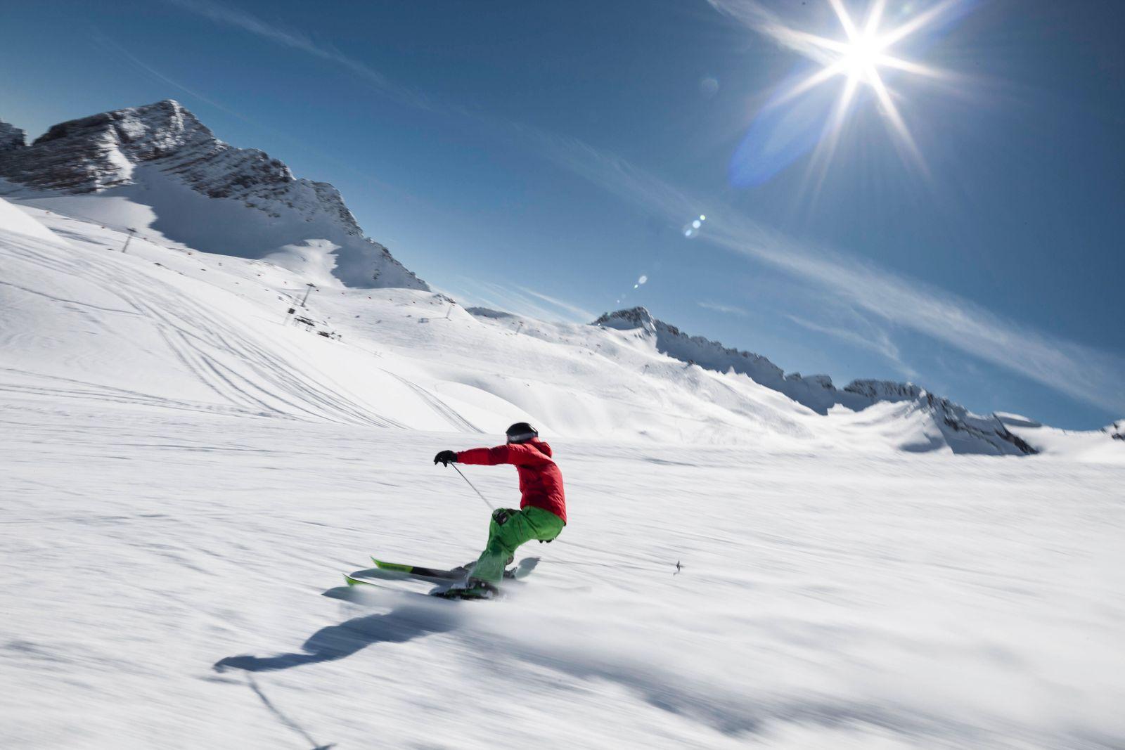 Germany, Bavaria, Garmisch-Partenkirchen, Sun shining over man skiing at Zugspitze model released Symbolfoto WFF00412