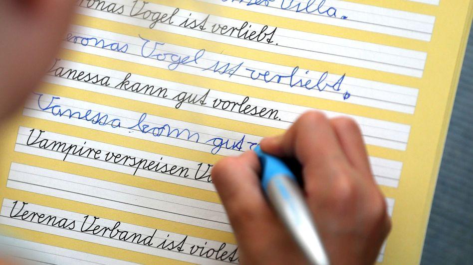 Eine Schülerin übt Schreibschrift (Archivbild 2016)