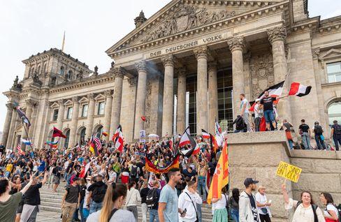 Demonstranten am Samstag auf der Treppe des Reichstagsgebäudes
