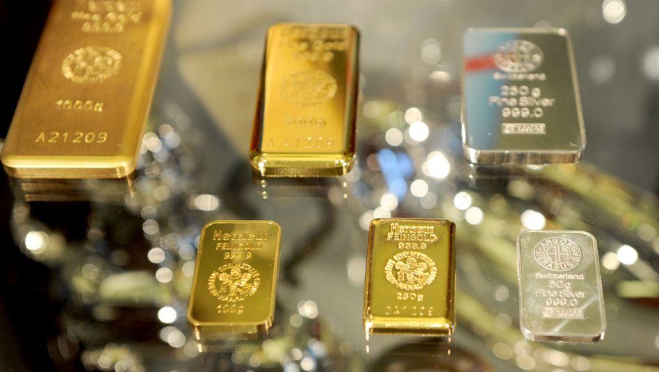 Gold- und Silberbarren in der Auslage einer Schmiede in Flensburg