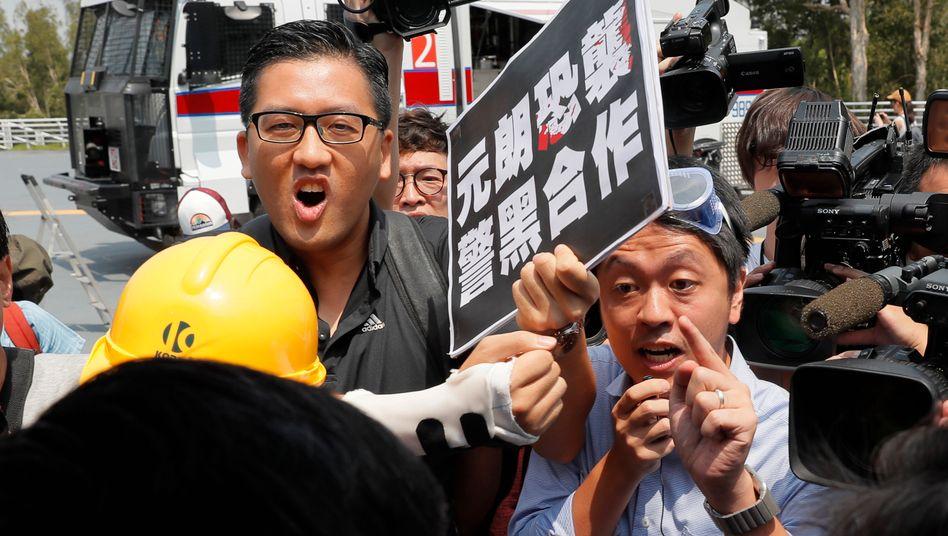 Prodemokratische Politiker Lam Cheuk-ting (l.) und Ted Hui: Die geplante Wahl zum Legislativrat in Hongkong wurde verschoben