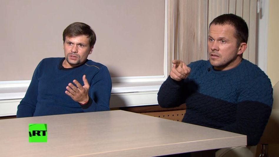 Ruslan Boschirow (l.) und Alexander Petrow während des RT-Interviews
