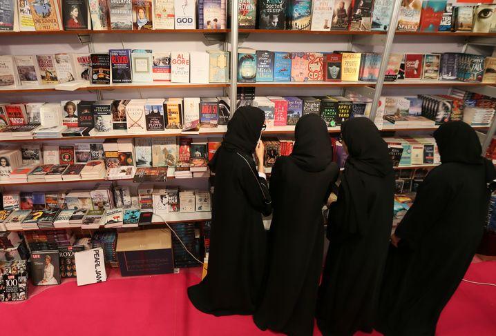 Besucherinnen der Buchmesse Abu Dhabi 2014: Der Emir schreibt gern Gedichte
