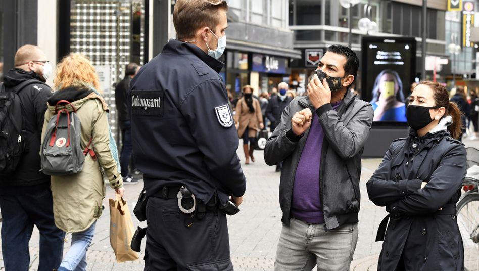 Kontrolle der Maskenpflicht auf der Schildergasse in Köln, 10. Oktober 2020