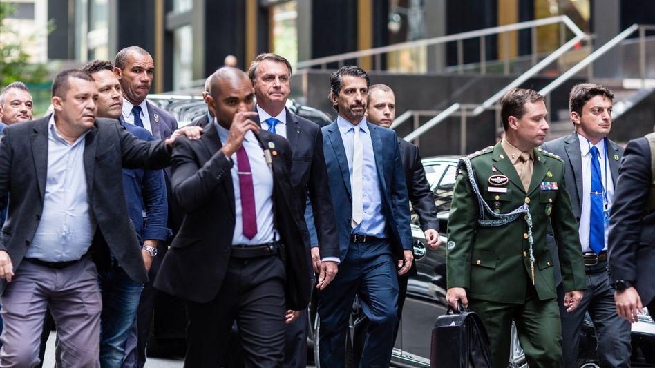 Jair Bolsonaro (Mitte) außerhalb seines Hotels in New York