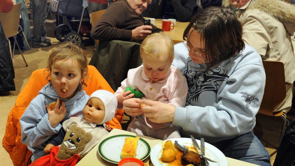 Essensausgabe für Bedürftige in Leipzig: Jeder Vierte von Armut bedroht
