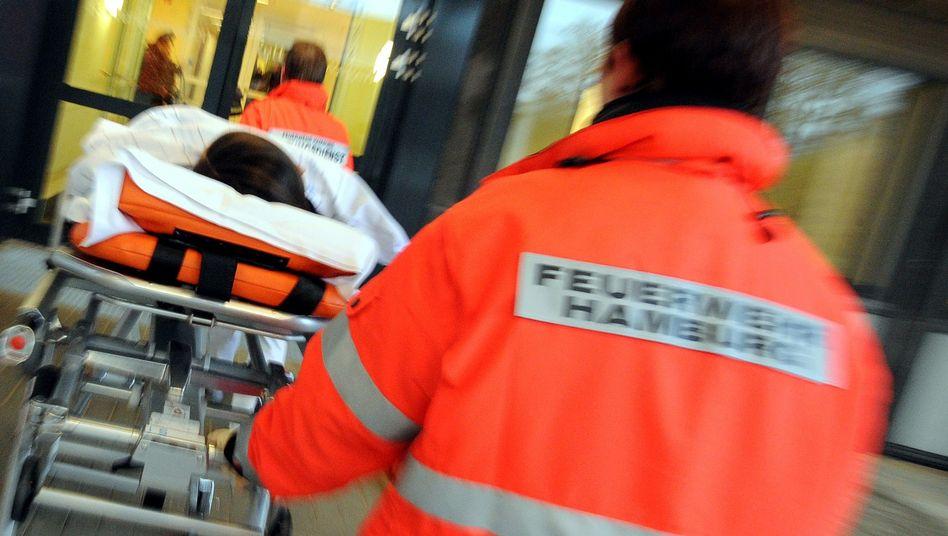 Patient auf dem Weg in die Notaufnahme: Wie lange gibt es den deutschen Notarzt noch?