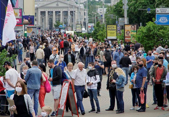 Schlangen in Minsk - von Menschen, die für einen der Kandidatenanwärter unterschreiben wollen