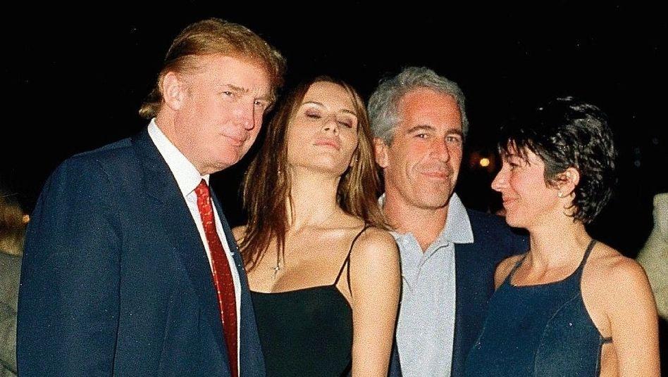 """Epstein, Maxwell (r.) mit Gastgeber Donald Trump und Melania Knauss auf dem Anwesen Mar-a-Lago in Florida (2000): """"Es war nie genug"""""""