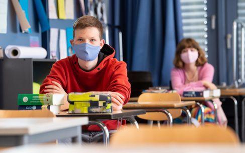 Schüler und Schülerin einer 12. Klasse