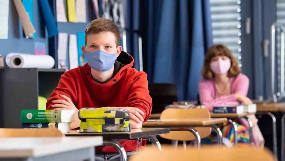 Bald Vergangenheit? Maskentragende Schülerinnen und Schüler beim Unterricht an einer Schule in Bayern