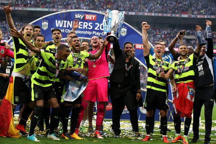 Huddersfield Town feiert den Aufstieg in die Premier League.