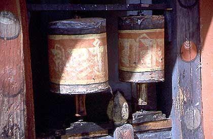 Gebetsmühlen im Kloster Jampa Lhakhang: Im Dzong ist das Tragen der Nationaltracht Pflicht