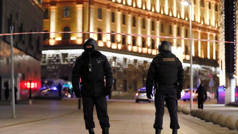 Sicherheitskräfte vor der Zentrale des russischen Geheimdienstes FSB