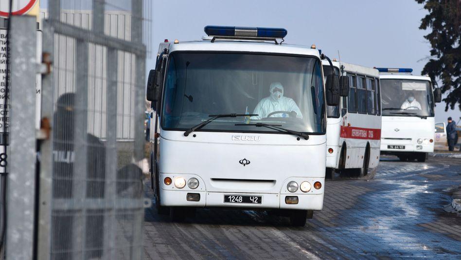 Ankunft der evakuierten Ukrainer aus Wuhan am Flughafen Charkiv