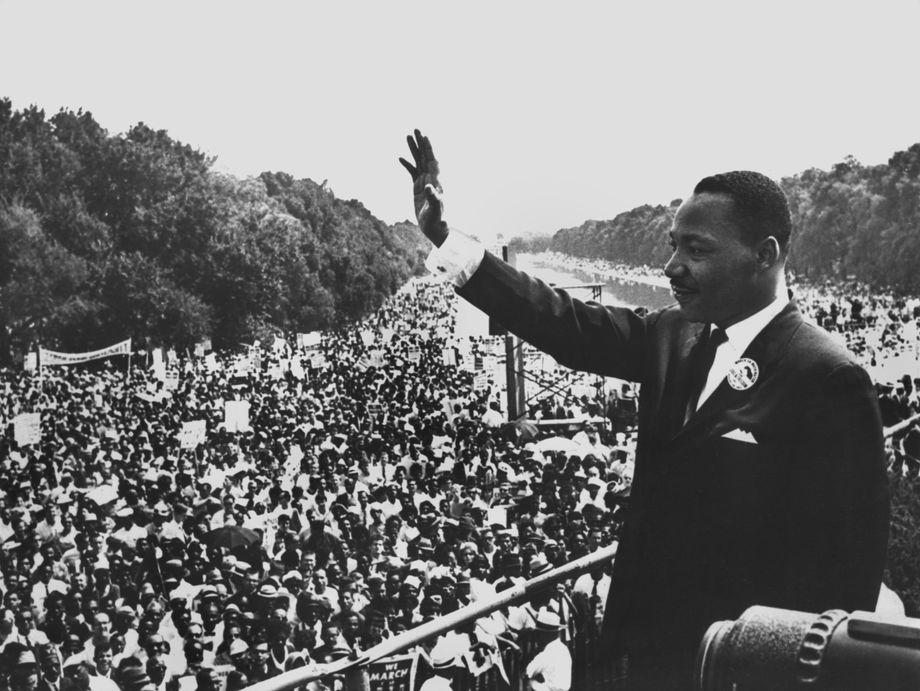 Vor vielen Tausenden Menschen hielt Martin Luther King im Jahr 1963 eine Rede. Er träumte davon, dass seine Kinder weniger Rassismus erfahren würden.