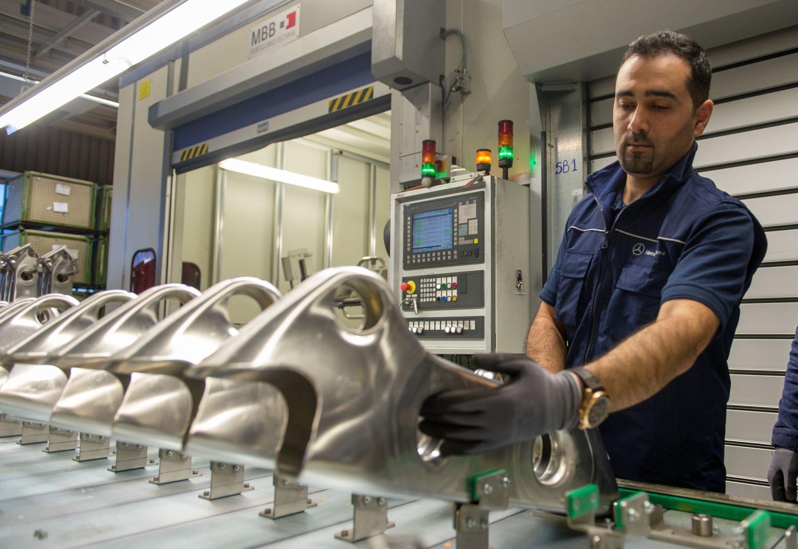 Flüchtlinge im Brückenpraktikum bei Daimler