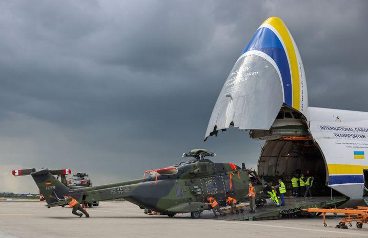 Ankunft in Deutschland: Ein Transporthubschrauber der Bundeswehr wird auf dem Flughafen Leipzig/Halle entladen