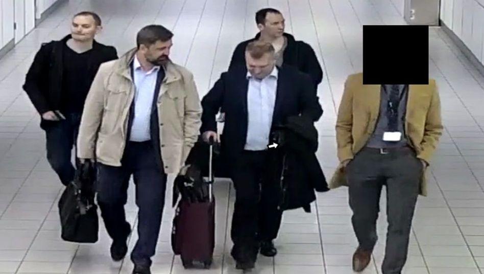 Das Handout des niederländischen Verteidigungsministeriums zeigt vier mutmaßliche GRU-Agenten.