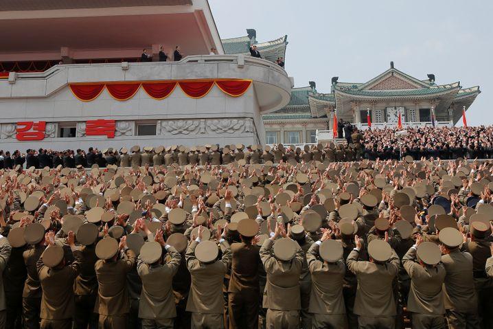 Geburtstagsfeier: Bei der Feier zum 105. Geburtstag von Staatsgründer Kim il Sung applaudieren Soldaten dessen Enkel Kim Jong Un