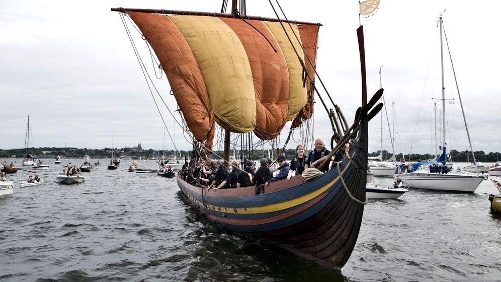 Wikinger-Schiffe: In die Wellen geschmiegt
