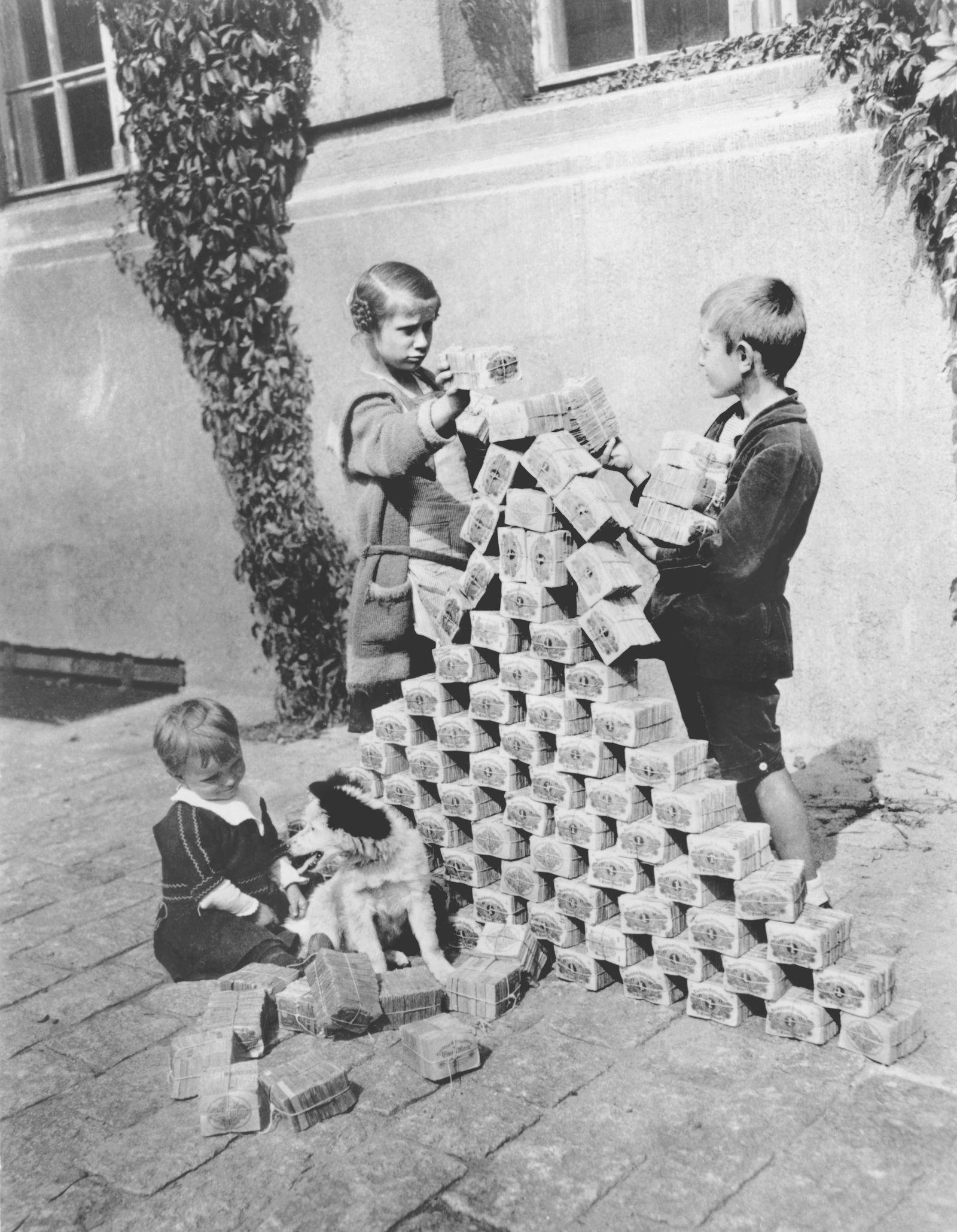 Kinder spielen mit Geldscheinen