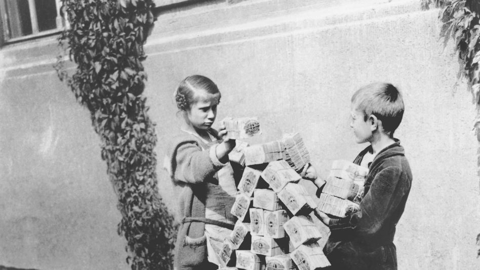 Kinder beim Spiel mit Geldscheinen (1923): Geldentwertung als nationales Trauma