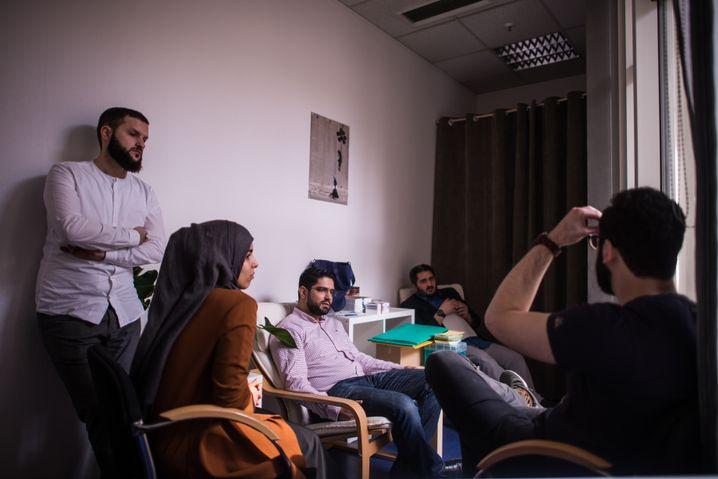 Krisensitzung in der Beratungsstelle: Wie viel Muslim darf es sein?