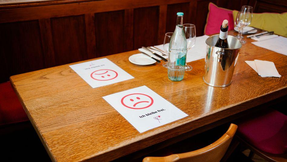 Hinweiszettel für Sicherheitsabstand in einem Restaurant