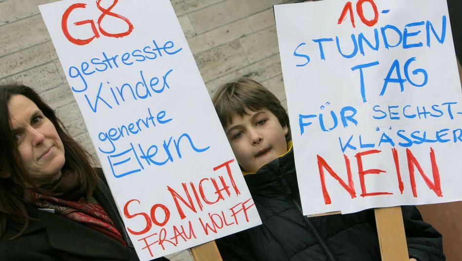 Nicht mit uns: Genervte G-9-Mutter mit Sohn in Wiesbaden (2012)