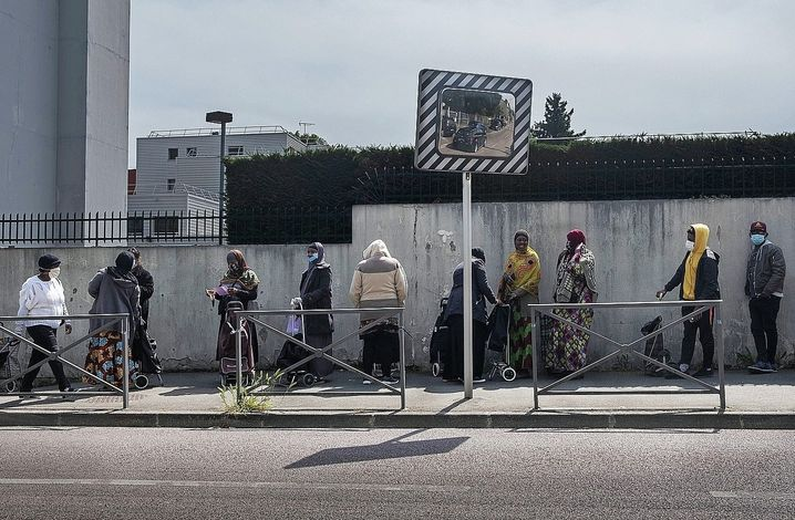 The line at a food bank in the Paris suburb Clichy-sous-Bois: The crisis is far from over.