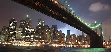 Nächtliche Schönheit: Die Brooklyn Bridge ist ein Wahrzeichen Manhattans