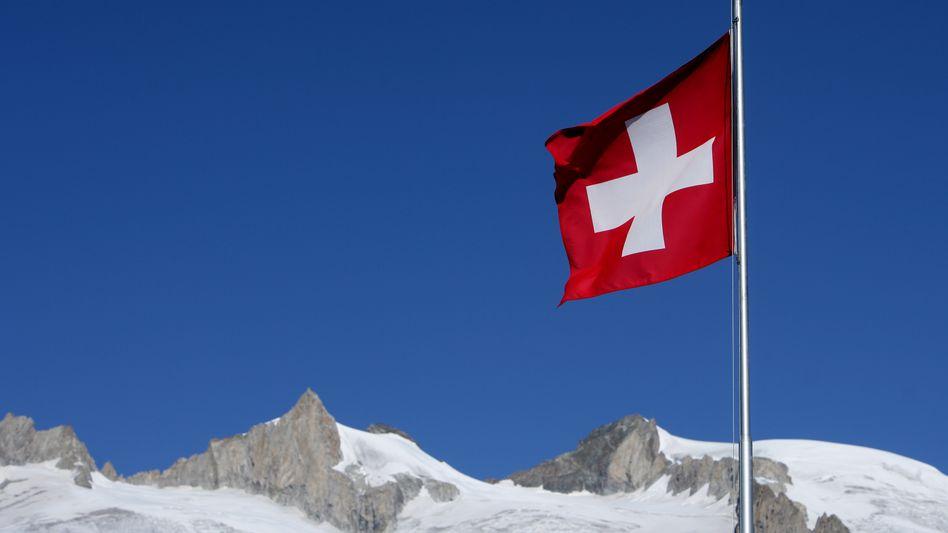 Schweizer Flagge in den Bergen: Franken als begehrte Währung