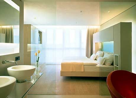 Farbtupfer: In den lichtdurchfluteten Suiten des Hotels Side hat Designer Matteo Thun unter anderem mit übergroßen bunten Wannen im gläsernen Bad fröhliche Kontraste gesetzt